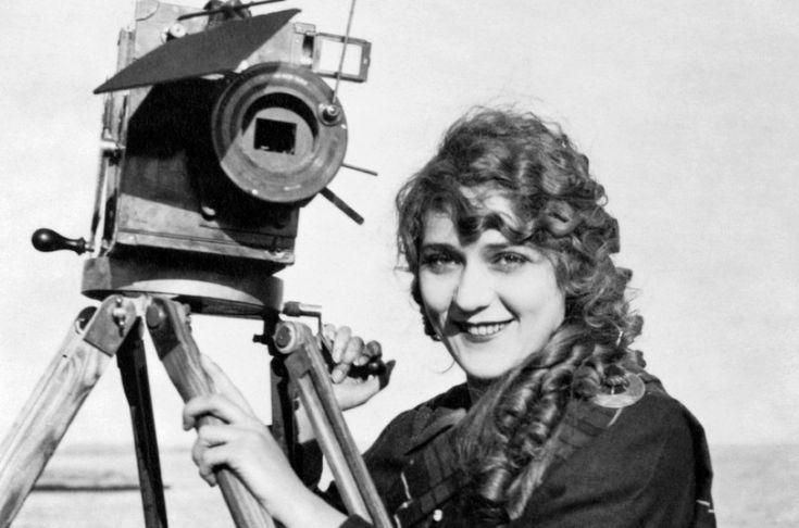 Alice Guy, fue la primera persona en ser realizador de una película, la creadora del cine narrativo y de la narración cultural y creando la ficción...
