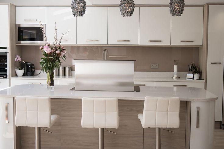 ultragloss-white-zurfiz-with-pronto-malton-stone-elm-panels-kitchen-ergonomics2