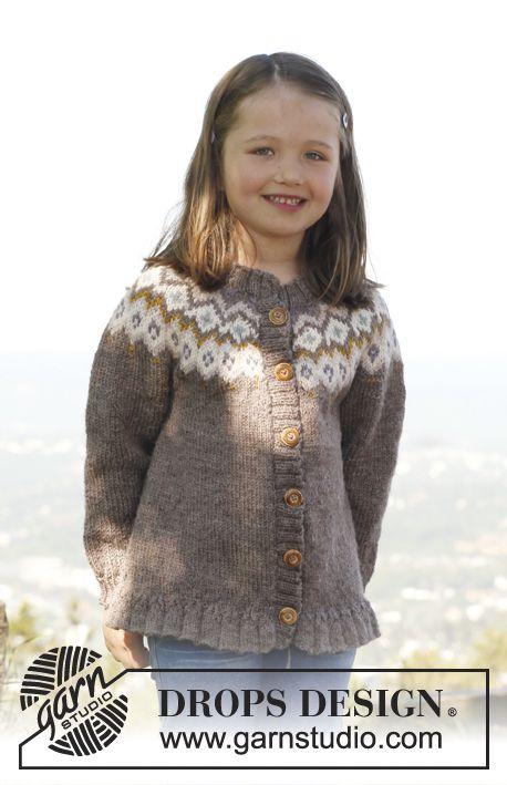 Silje jacket / DROPS Children 23-15 - DROPS propínací svetr - kabátek s kruhovým sedlem, vyplétaným vzorem a volánkem pletený z příze Karisma. Velikost: 3 roky – 12 let.