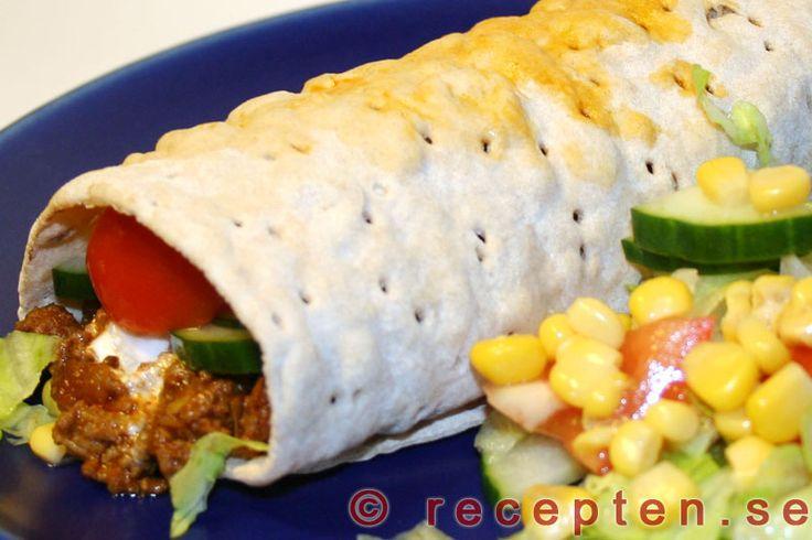 Tacorulle - Recept på tacorulle. En tunnbrödsrulle med köttfärs med tacosmak och sås som du enkelt gör själv utan färdigköpta kryddblandningar. Ekonomiskt, enkelt och gott!