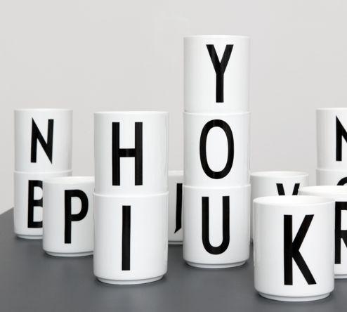 Krus med Arne Jacobsen typografi fra 1937, i porselen. Lokket selges separat.