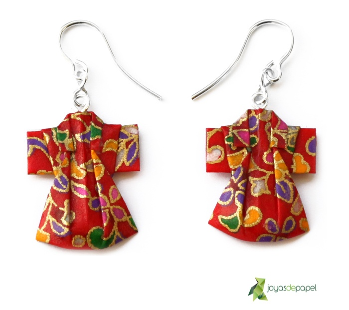 Pendientes Kimono realizados a partir de una pieza de papel tradicional japonés y montados en plata de ley. ***** Kimono earrings made ​​from a piece of japanish traditional paper and mounted in sterling silver. Disponible/Available: www.joyasdepapel.com
