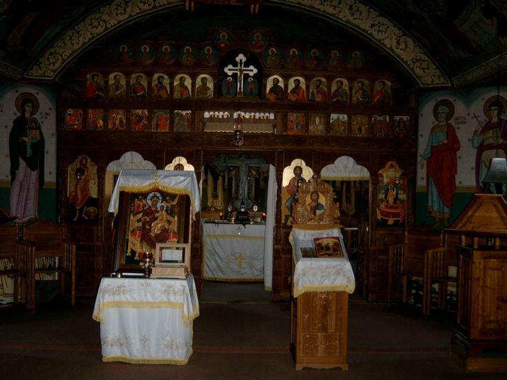Manastirea Oasa.  Biserica centrala a Manastirii Oasa este inchinata Adormirii Maicii Domnului, hram praznuit in ziua de 15 august, si Sfantului Mare Mucenic Pantelimon, hram praznuit in ziua de 27 iulie.