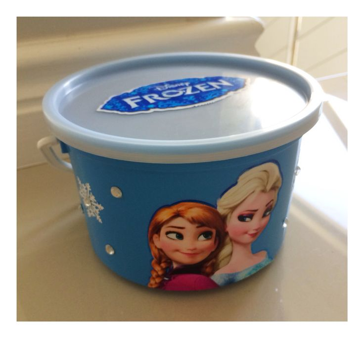 Frozen party bucket filled with sweets #frozenparty
