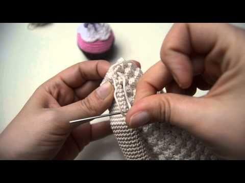 In deze tutorial leg ik uit hoe je de beentjes van amigurumi aan elkaar kan haken, waarna je verder kan gaan met het lichaam. Deze tutorial is gemaakt voor E...