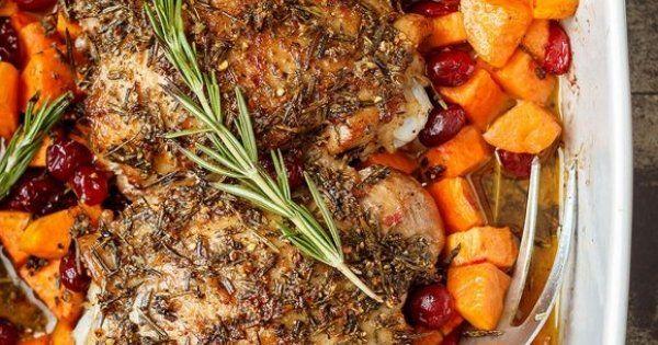 Daca iti place carnea de curcan, incearca o reteta de pulpe cu cartofi la cuptor, asezonate cu usturoi si rozmarin. Ingrediente: 4 pulpe de curcan 3-4 cartofi dulci, feliati merisoare, dupa gust 8 catei de usturoi, pisati...