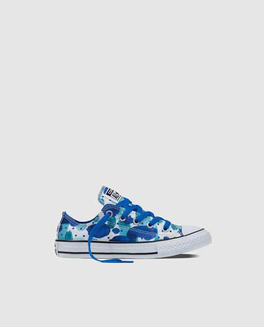 Zapatillas de lona de niña Converse de color azul con estampado floral. Modelo Chuck Taylor.
