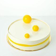 """Торт """"Сорренто"""" по рецепту Марии Селяниной. Внутри лимонный бисквит с маком; гель с лимончелло; лимонный крем; мусс в белым шоколадом и чаем Эрл Грей."""