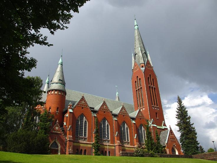 Turun Mikaelin kirkko hetki ennen ukkosta