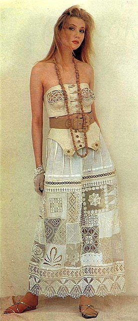 Трикотажное платье с отделкой вязаным кружевом фото