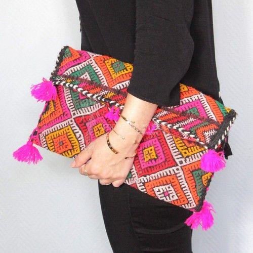 Pochette en Kilim ancien coloris fuchsia et frange - Pièce unique - - Kilim clutch - #kilimclutch #boho #bohobag
