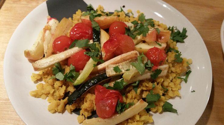 Heerlijke salade van gele linzen gekruid met een gebakken ui-gember-komijn-kurkumamengsel, bedekt met geroosterde pastinaak, courgette en tomaatjes. Eenvoudig én erg lekker! Het recept is een varia…