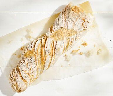 Finns det något godare än ugnsfärska grillbaguetter? Mjuka och varma på insidan och knapriga på den gyllene utsidan. Bred ett lager smör som sakta smälter och avnjut tillsammans med en härlig sallad på årets skönaste sommarlunch.