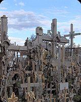 Góra Krzyży w miejscowości Szawle to jedyne w swoim rodzaju sanktuarium pod gołym niebem. Znajduje się tu około 60-80 tysięcy różnej wielkości krzyży z drewna, kamienia i metalu. W roku 1993 Ojciec Święty Jan Paweł II podczas swojej pielgrzymki na Litwę celebrował na Górze Krzyży Mszę świętą. Pamiątką tamtego wydarzenia jest pozostawiony przez papieża krzyż.