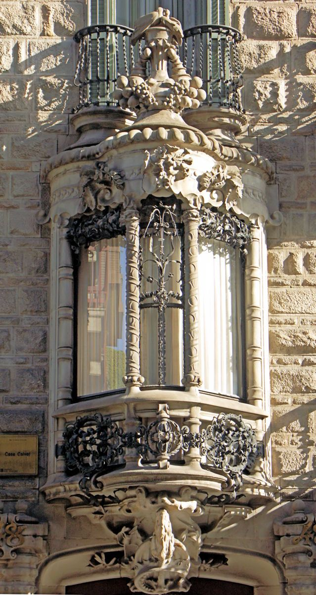 Detalle de la #CasaCalvet. 1904. http://www.viajarabarcelona.org/el-modernismo-en-barcelona/ruta-modernista-por-barcelona/ #Barcelona #Modernismo #Gaudí