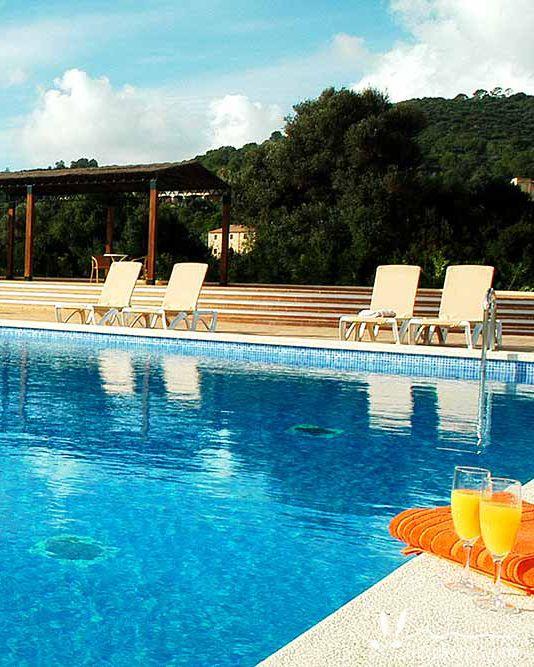 Wir können uns gar nicht entscheiden. Der großzügige Pool des Landhotel Son Corb an der Ostküste auf Mallorca ist herrlich erfrischend - das Meer ist aber auch nur einen Steinwurf weit entfernt. Das strandnahe Hotel bei Cala Bona erfüllt den Wunsch nach einem Strandhotel und gleichzeitig himmlischer Ruhe abseits des Massentourismus.