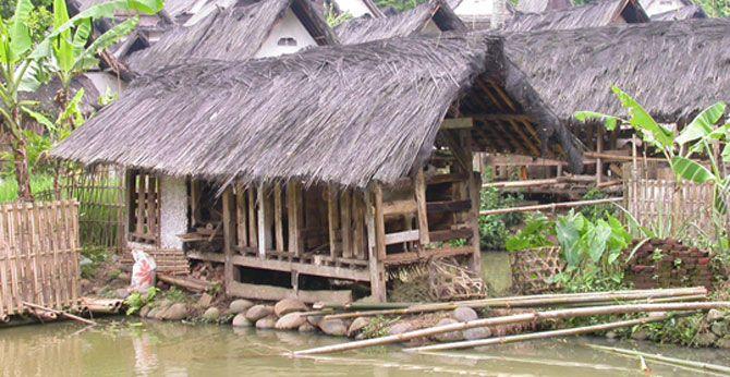 TASIKMALAYA, (TubasMedia.Com) - Hingar bingar kehidupan modern saat ini, ternyata tidak berpengaruh pada kehidupan masyarakat tradisional Kampung Naga, Singaparna Kabupaten Tasikmalaya, Jawa Barat.