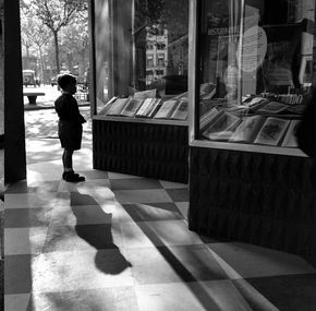 #Fotografía Francesc Català Roca @Qomomolo   - Escaparate con niño, Barcelona, 1953