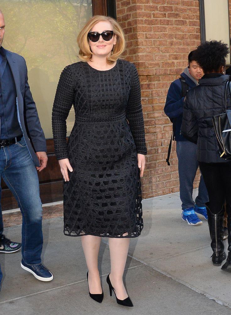 La cantante Adele in versione elegante, con occhiali da sole e vestito nero  -cosmopolitan.it