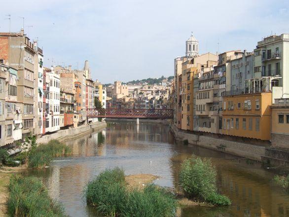Girona położona nad dwoma rzekami, kryje w sobie niezwykłe zabytki. Zobacz co warto zwiedzić i które punkty są obowiązkowe kiedy planujemy odwiedziny Girony