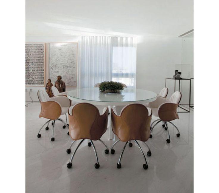 Para o arquiteto baiano David Bastos, o equilíbrio entre as dimensões do espaço e dos móveis resulta nesta confortável sala de jantar.
