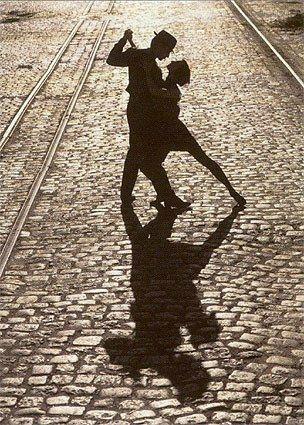 La vie est une danse qui ne demande qu'à m'enlacer et à me faire vibrer. Parfois, elle est étourdissante et parfois elle est valse lente.  Elle m'essouffle ou elle m'envoûte, elle se fait danse de l'amour ou rock endiablé.  La vie est une danse qui m'attire dans un ballet magique. J'y suis ballerine semblant flotter sur la pointe des pieds et tourbillonner dans un frou-frou évaporé. a vie est une danse saccadée. Tout est parfois si étrange que je me laisse emporter par son rythme…