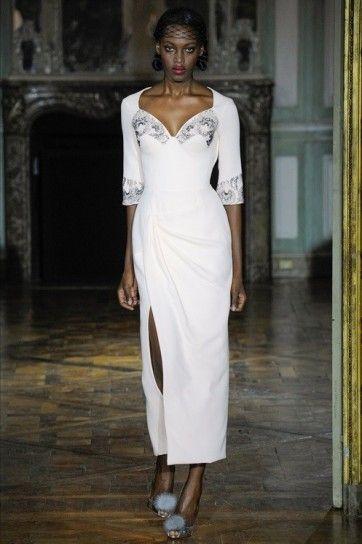 Tubino bianco Ulyana Sergeenko - Modello con maniche midi e scollatura geometrica tra gli abiti da sposa Haute Couture Autunno/Inverno 2015/2016
