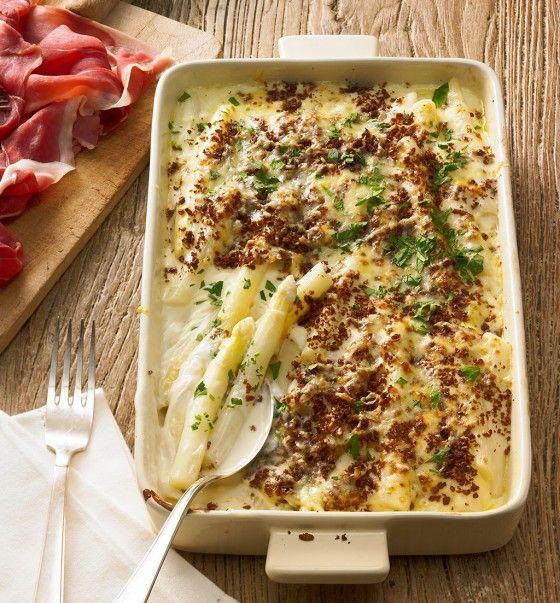 Tief im Westen hat es Spargel noch viel besser, als man glaubt. Mit den Westfalenklassikern Pumpernickel und Münsterländer Käse im Auflauf und westfälischem Rohschinken dazu - eine Blume im Revier.