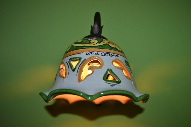 Particolare della camera matrimoniale,  abat-jour in ceramica di Caltagirone dipinto a mano della Casa Perriera. Agriturismo DolcEtna