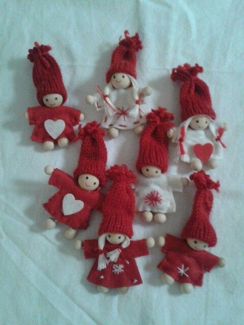 Kerst poppetjes van houten kralen vilt en chenille draad