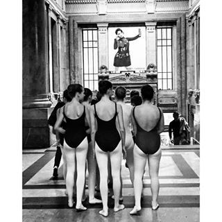 maxdemartino Dancers at the train station. #train #trenitalia #stazionecentrale #treno #dancer #dance #ballerine #ballerina