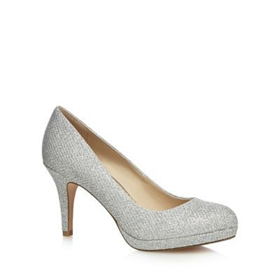 These high court shoes from Debut are perfect for adding a touch of elegance to various after-dark looks. The cushioned insoles, flattering almond toe shape finished with a textured silver glitter combines comfort and feminine style. Flash some evening sparkle and wear them under a pair of black wide leg trousers.