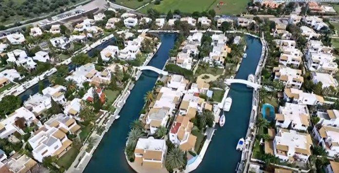ΕΛΛΗΝΙΚΗ ΔΡΑΣΗ: Η «Βενετία» της Ελλάδας: Το «χωριό» που δεν έχει δ...