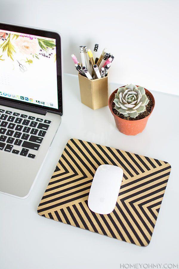 Enfeite seu mousepad com alguma pintura e adesivo. | 54 maneiras de deixar seu cantinho do escritório mais agradável