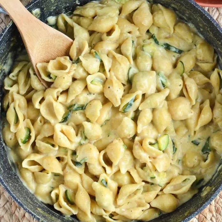 SYN FREE Creamy One Pot Zucchini Pasta - just 1 HEa per serving 😋  http://www.slimmingeats.com/blog/syn-free-one-pot-creamy-zucchini-pasta