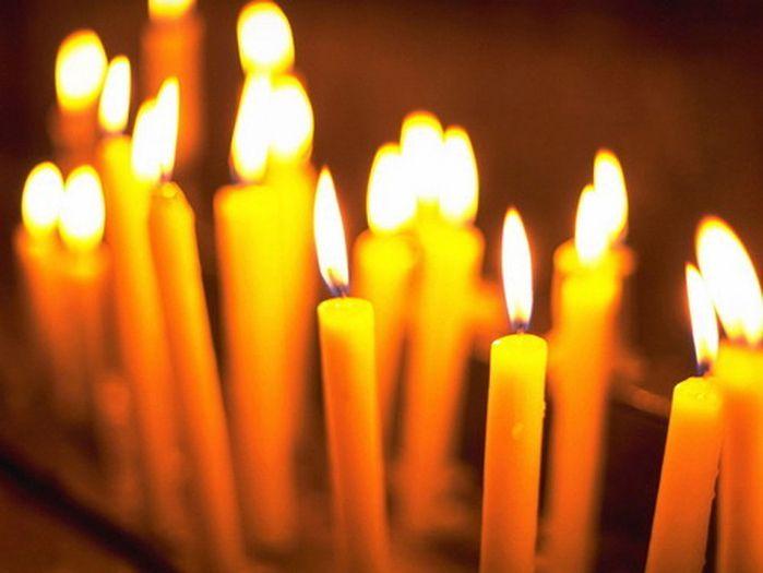 Зажгите свечу у окна, чтобы дым тянулся на улицу. Сядьте рядом и читайте эту старинную молитву минимум три раза. А свеча пусть догорит. Обряд исполняется семь дней подряд.– Пресвятая Матерь Богородица…