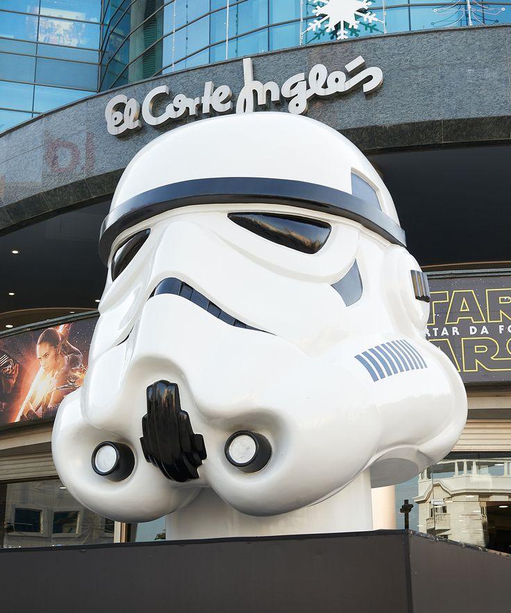 Está um capacete gigante de #Stormtrooper na entrada do #ElCorteInglés de Lisboa!