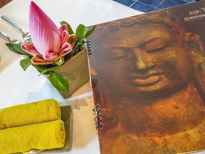 Aonde comer em SIem Reap, Camboja. O restaurante Sokkah tem menu internacional e seu restaurante irmão e vizinho Chanrey Tree serve culinária Khmer. Amei o cardápio artístico.