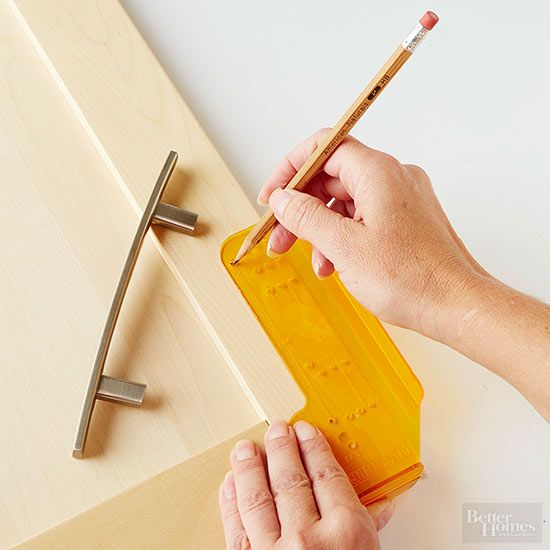 Want to give your kitchen cabinets a refresh but don't have the budget to buy new cabinets? Simply update your knobs or handles. Follow our step-by-step instructions on how to change kitchen cabinet hardware. #kitchenhardware #diy #kitchendecor