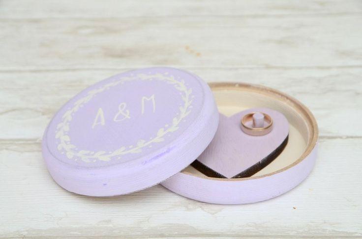 Lawendowe pudełeczko na obrączki ślubne, malowane ręcznie. Na wieczku znajduje się ornament i Wasze inicjały... :)  Do kupienia w sklepie internetowym Madame Allure!