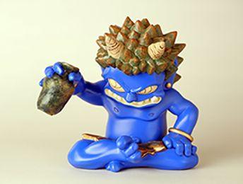 裸の鬼が徳利を持っているフィギュア。 瀧下和之さんの直筆エディション入り。 青鬼フィギュア。高さ 12.5cm。 ポリストーン製。330体の限定作品。