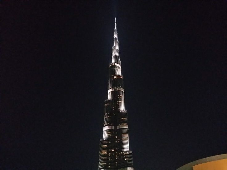 Detalle nocturno Burj Khalifa Tower (Dubai), edificio más alto del mundo.