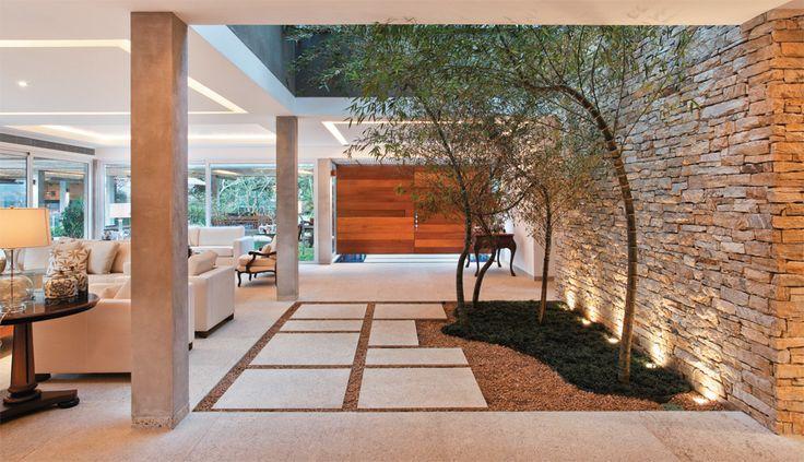 Reforma na casa de linhas retas com vista deslumbrante Arquiteto Miguel Pinto Guimarães - RJ - Brasil