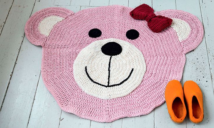 Spred glæde hos børn og barnlige sjæle med et sødt hæklet bamsetæppe. Få hækleopskriften her.