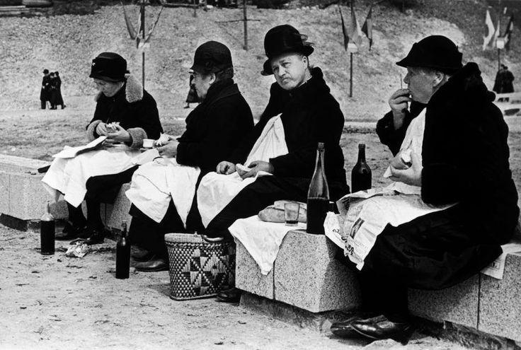 Una pausa pranzo con vino rosso nel 1936, sempre ripreso dal fotografo Robert Capa. E notate... ognuna di loro ha la propria bottiglia!