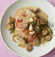 Rezept für Kotelett mit Champignon-Zwiebel-Sauce bei Essen und Trinken. Ein Rezept für 2 Personen. Und weitere Rezepte in den Kategorien Kräuter, Milch + Milchprodukte, Pilze, Schwein, Alkohol, Hauptspeise, Braten, Kochen, Einfach, Schnell.