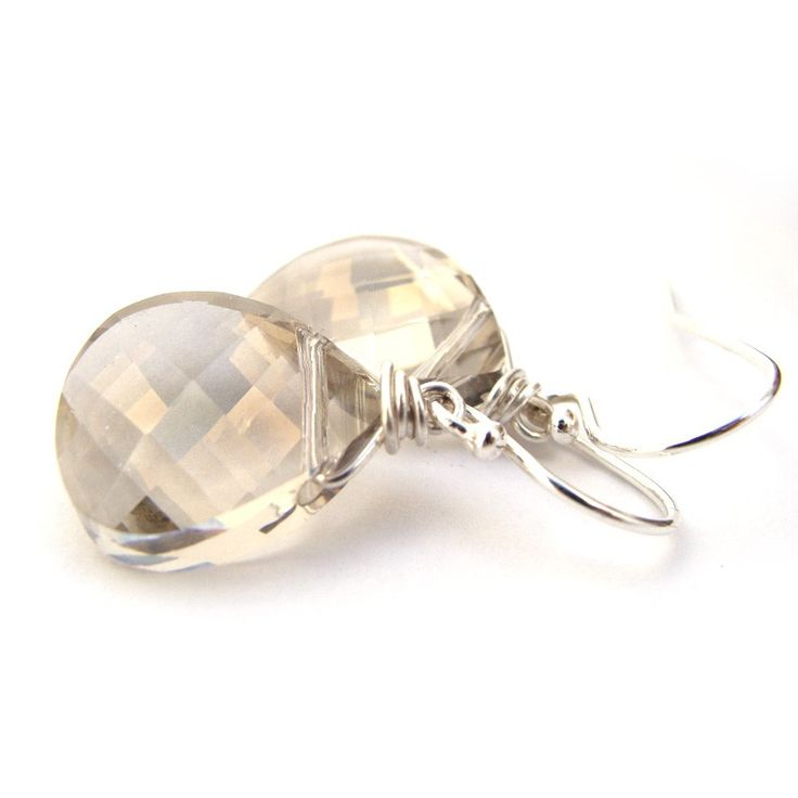 Swarovski Elements Grijs - Ook gek op sieraden die passen bij al je herfstoutfits? Pak dan nu je kans en bestel een van de laatste paren in deze mooie trendy kleur. De kleur is grijs, maar neigt naar bruin als je de oorbellen draagt. Dit is afhankelijk van hoe de oorbellen hangen en het licht op de oorbellen valt. Helaas gaat deze kleur uit de collectie bij Swarovski, dus in dit geval is op ook echt op helaas.  Maat  druppel: 15 x 15 mm  Totale lengte: 30 mm  Materiaal: sterling zilver...
