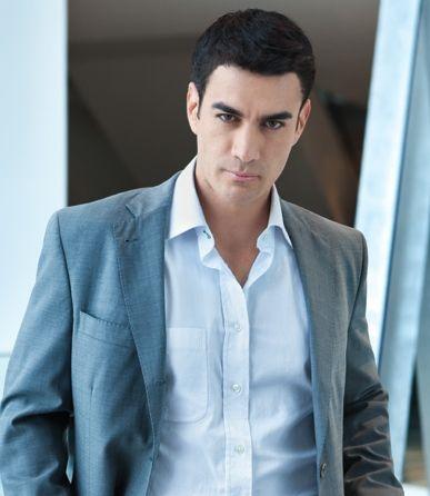 """filmó en Miami la telenovela Acorralada interpretando el papel de """"Maximiliano Irazabal"""", con Alejandra Lazcano y Sonya Smith."""