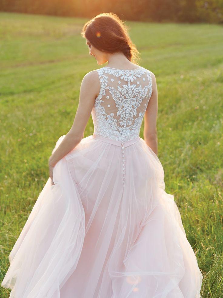 Vorne hui, hinten auch hui! Der Rücken des Brautkleides von Allure Bridals über Hochzeit.de ist mit zarter Spitze und einer Knopfleiste verziert.Hier geht's zur Hochzeitsdeko!