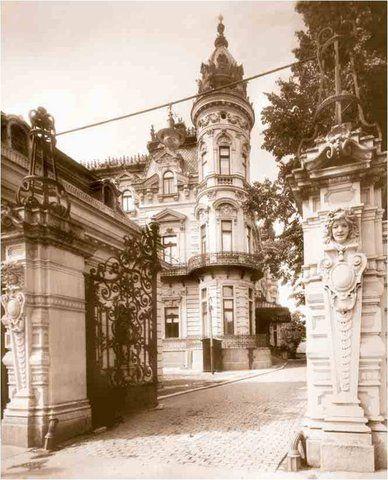 Intrarea în curtea Palatului Sturdza din Piata Victoriei, astazi disparut.